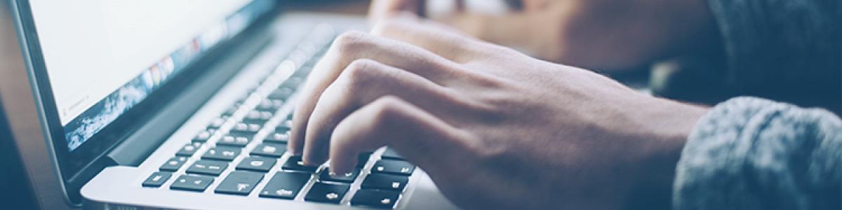 Billede af hænder på en bærbar computer