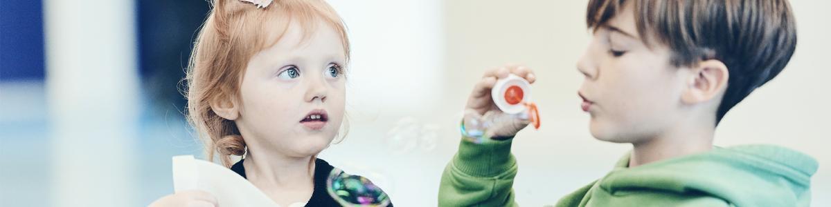 Billede af to børn, der leger med Sprogstartsmaterialer