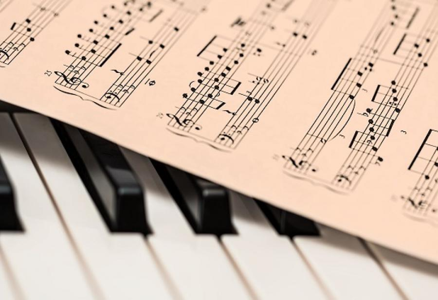 Billede af klavertangenter og noder