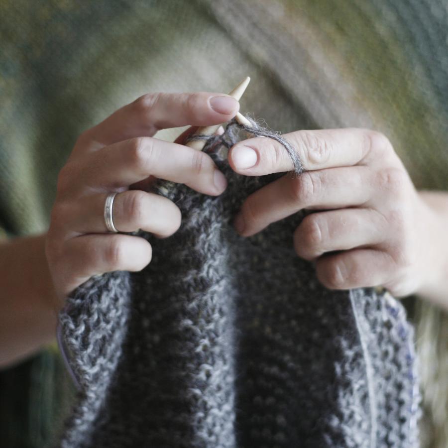 Kvinde med strikketøj