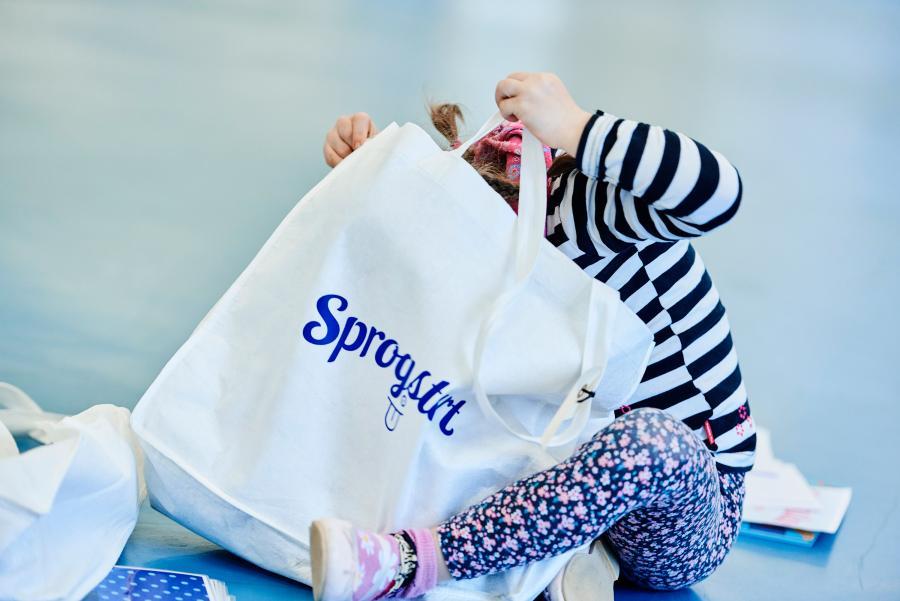 Pige er ved at kravle ned i en pose med sprogstartslege