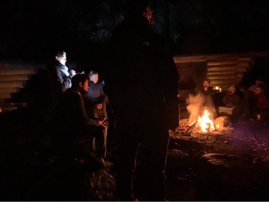 Billede fra bålarrangement i Hasseris, hvor vinderhistorien blev læst op ved et knitrende bål.