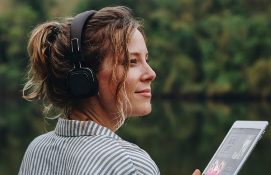 Billede af en kvinde der lytter til podcast