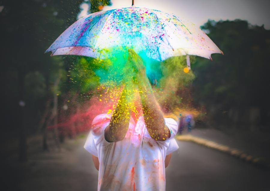 Person under parably med regnbuefarver