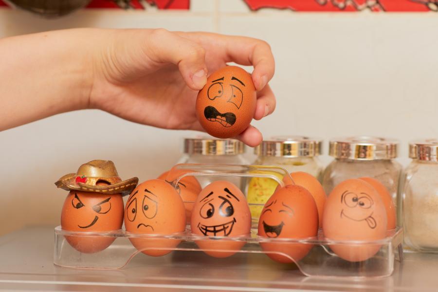 Æg i bakke med forskellige ansigtsudtryk malet på