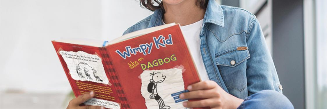 Et barn læser bogen Wimpy Kid - ikke en dagbog